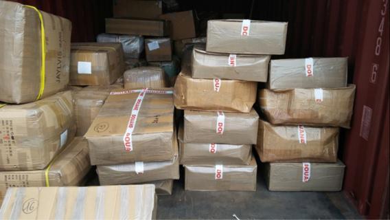 La drogue a été découverte conditionnée dans des cartons entreposés au fond du container parmi des marchandises de contrefaçon (Photo et vidéo@Douanes Françaises)