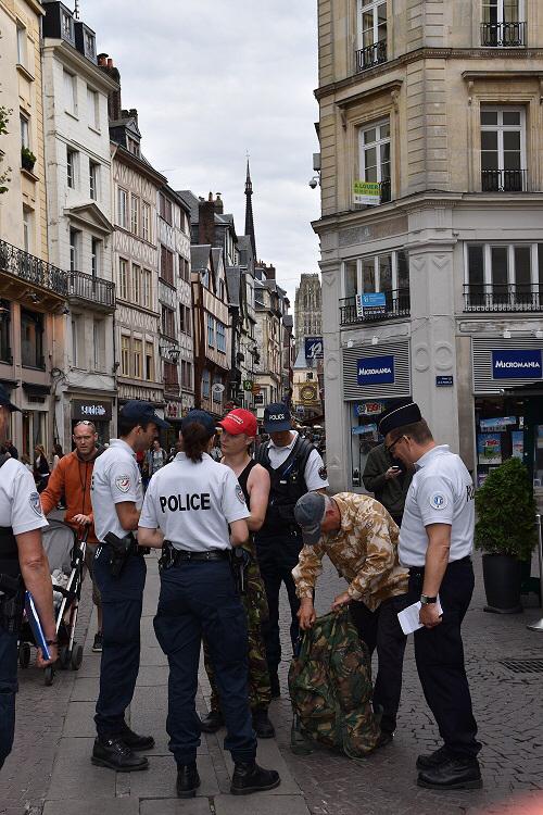 Durant deux heures, les policiers ont sillonné les rues du centre historique de Rouen