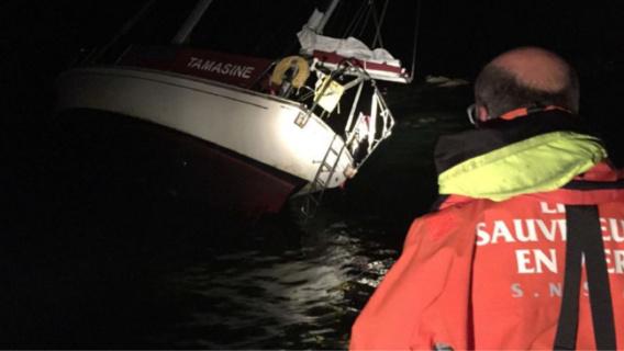 Les cinq naufragés ont été secourus par les sauveteurs en mer. Ils étaient en état de choc mais en bonne santé (photo de l'intervention@prémar via Twitter)