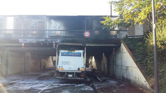A Aubergenville, un camion percute le pont SNCF et prend feu : les trains stoppés plus de 6 heures