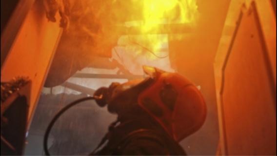 Trois garages ont été détruits dans un incendie qui s'est déclaré dans un local où étaient entreposés des encombrants rue du Colisée à Caudebec-lès-Elbeuf (Illustration)