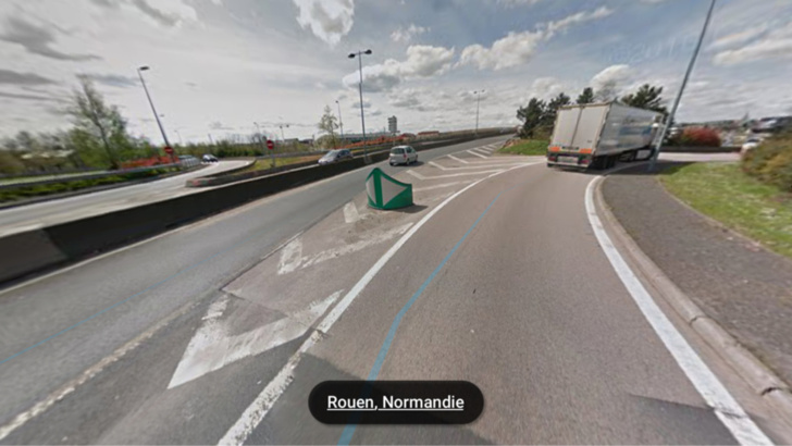 Le semi-remorque s'est couché dans la bretelle de sortie du pont Mathilde en direction du boulevard Industriel (illustration@Google Maps)