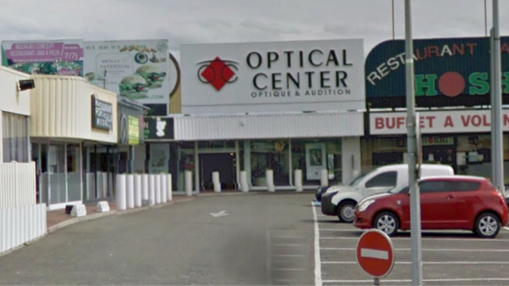 Le magasin Optical Center est situé en bordure de la N10 à Coignières (illustration)