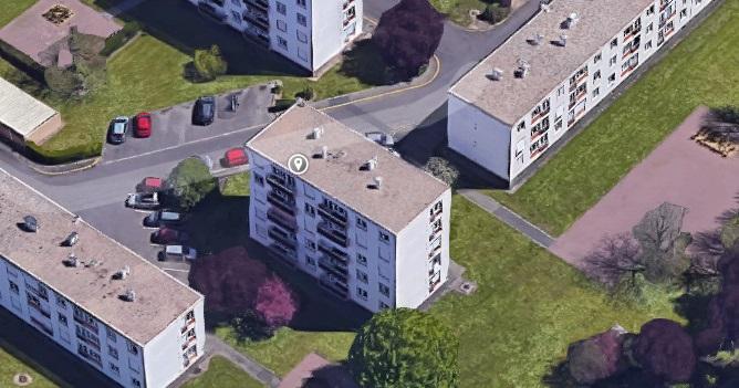Des ouvriers travaillaient à la réfection de la toiture de l'immeuble de trois étages ici au centre la photo (Illustration@Google Maps)