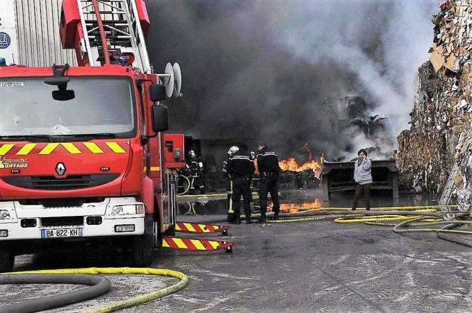 Gros incendie en cours chez Paprec à Acquigny : les pompiers attendent du renfort