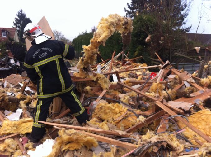 La maison était vide de tout occupant lorsque la déflagration a retenti. Une quarantaine de sapeurs-pompiers ont été déployés sur les lieux (Photo ©DR)