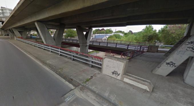 Le SDF vivait dans un abri de fortune aménagé et dissimulé derrière la pile d'un pont de la rocade nord-est de Rouen, rue des Petites Eaux du Robec