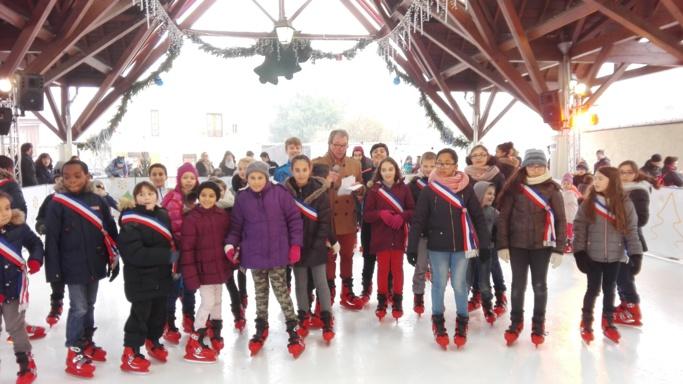Le maire de Limay et les élus du conseil municipal des enfants ont inauguré la patinoire mise en place pour quelques jours (Photo©Mairie de Limay)