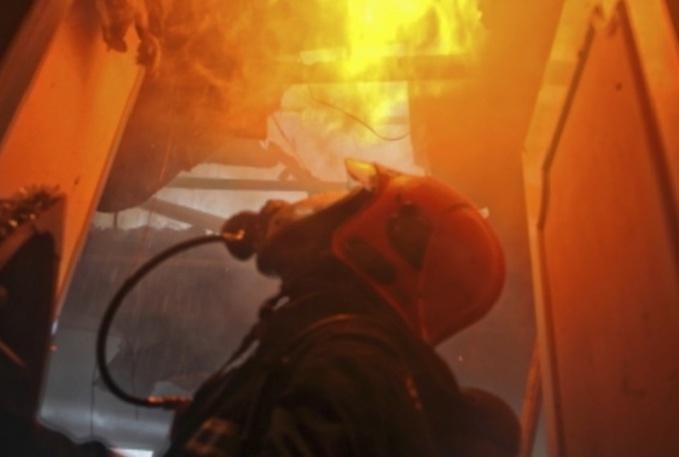 Val-de-Saâne : un feu de cheminée embrase la toiture d'une habitation