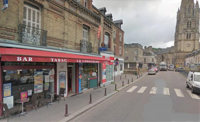 Le commerçant venait d'ouvrir son bar-tabac lorsqu'il a été frappé par surprise par deux individus (Illustration ©Google Maps)