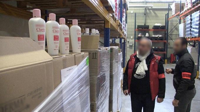 Dans l'entrepôt du Calvados, les douaniers ont découvert un stock impressionnant de produits de contrefaçon (Document ©Douane)
