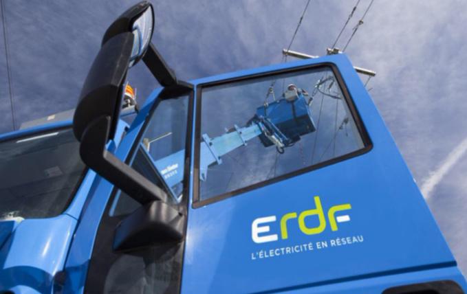 Les techniciens de ERDF sont à pied d'œuvre ce matin pour rétablir au plus vite les lignes endommagées par les vents (illustration)