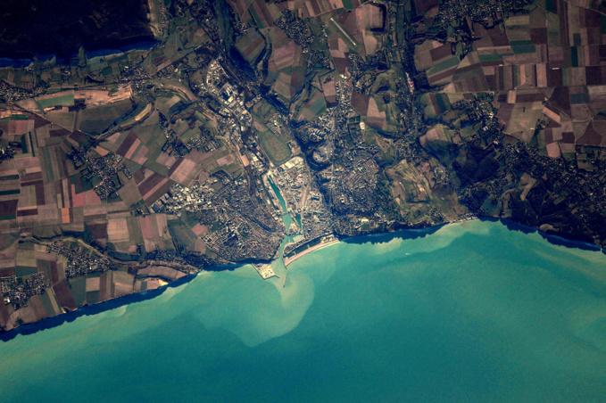 Dieppe et son port vus à plus de 400 kilomètres d'altitude (©Thomas Pesquet/Facebook)