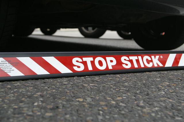 """Le dispositif Diva connu aussi sous le nom de """"stop stick"""" utilisé par les forces de l'ordre permet d'immobiliser un véhicule en crevant ses pneus (Illustration)"""