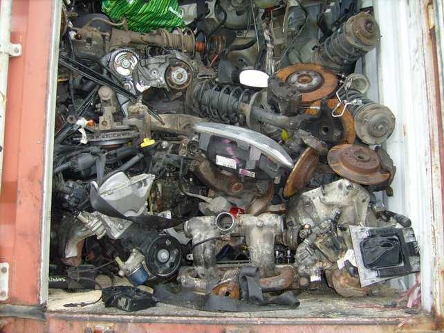 Le chargement était composé de moteurs usagés, de tableaux de bord, de portières et de rétroviseurs cassés (Photos©Douanes)