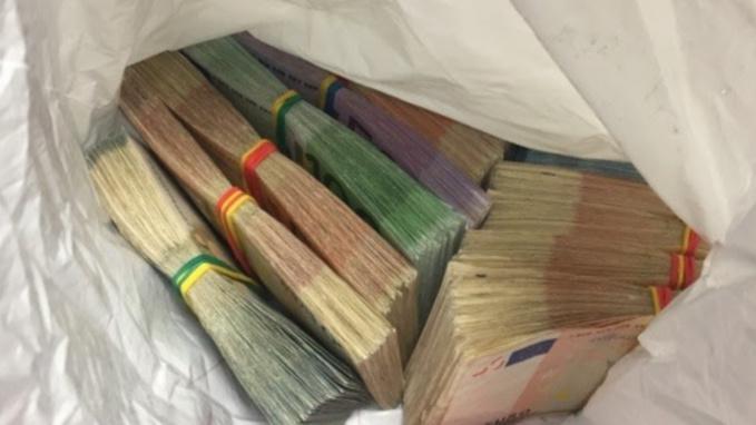 Les liasses de billets étaient dissimulés dans les bagages du voyageur (Photo@Douane)