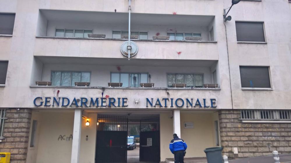 La façade de la gendarmerie rue Louis Ricard à Rouen a essuyé des jets de projectiles au départ de la manifestation samedi (Photo publiée par la gendarmerie sur son compte Facebook)