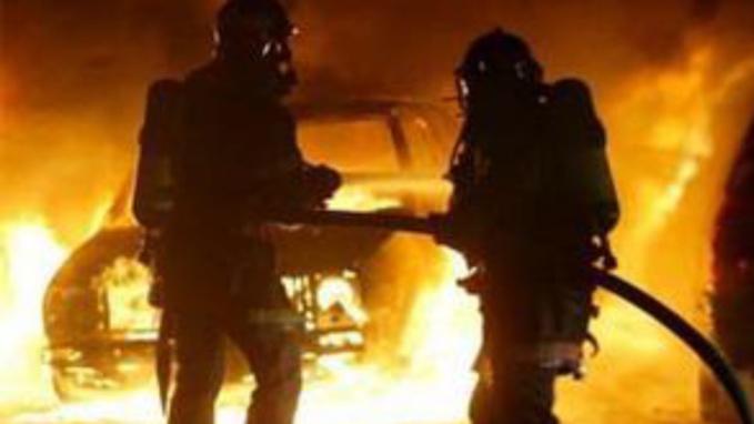 Malgré l'intervention des sapeurs-pompiers, les véhicules ont été soit détruits entièrement soit sérieusement endommagés (Illustration)