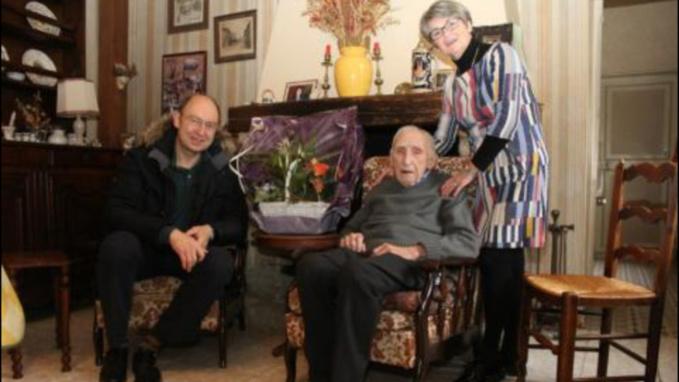 Michel Vialay, maire de Mantes-la-Jolie et son adjointe en charge des seniors, Nadine Wadoux, avaient rendu visite à Roger Clérisse pour lui souhaiter son anniversaire, le jour de ses 108 ans (Photo@Mantes-la-Jolie.fr)
