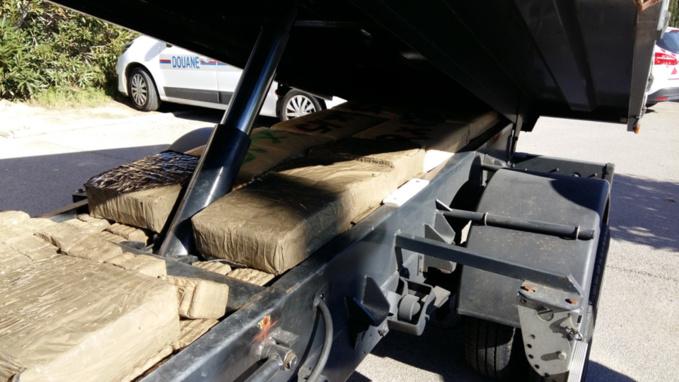 Les paquets de drogue étaient dissimulés entre le châssis aménagé et la benne (Photos Douane française)