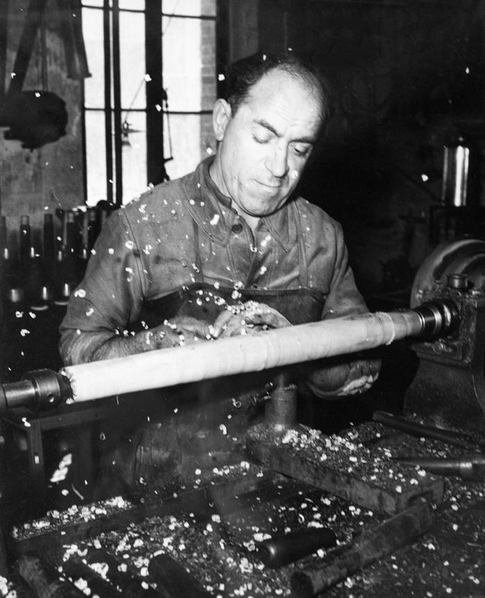 """Georges Delastre dit """"Jojo"""" au tournage du bois, vers 1953-1954, entreprise Lhéridat-Lefèvre, à Ezy-sur-Eure. (Collection particulière)"""