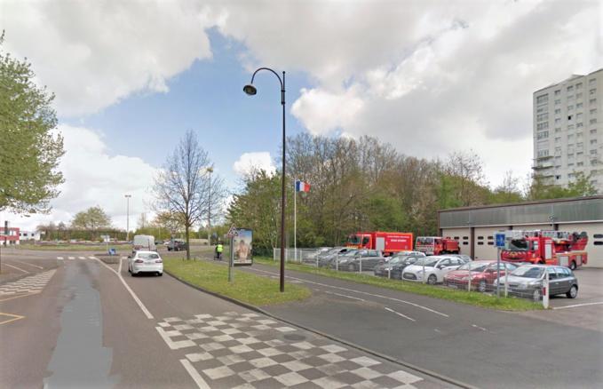 A la sortie du rond-point en direction du boulevard Maurice Ravel, le véhicule a percuté un arbre et a terminé sa course contre le grillage du centre de secours et d'incendie (Illustration©Google Maps)