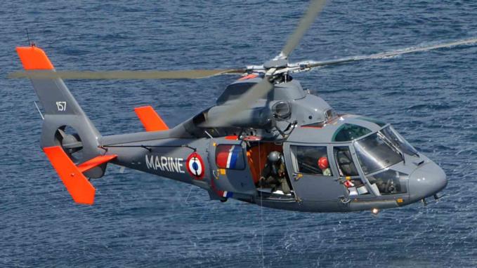Les trois adolescents ont été helitreuillés à bord de l'hélicoptère de la Marine (photo@meretmarine)