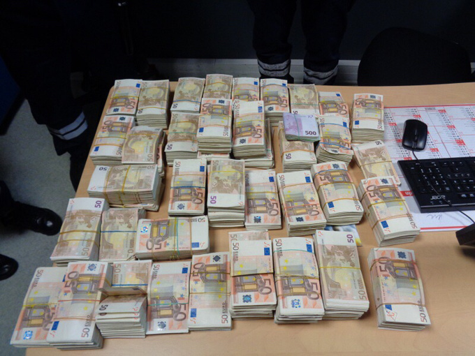 Les liasses de 500, 200, 100 et 50€ étaient amassées dans des sacs soigneusement dissimulés dans l'habitacle du véhicule Photos © Douane française)