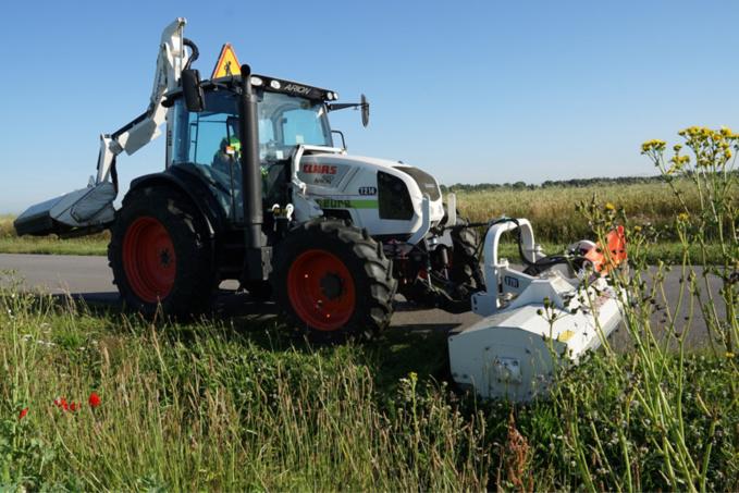 34 tracteurs sillonnent les 4200 km de routes départementales pour entretenir environ 1200 ha de dépendances vertes, soit l'équivalent de 1700 terrains de football !