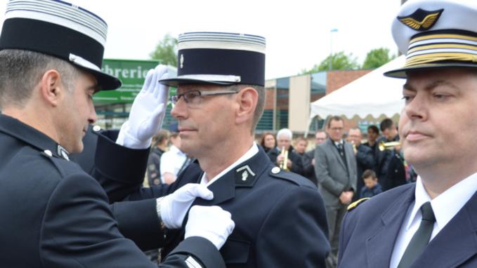 Le colonel Emmanuel Valot épingle les insignes de l'Ordre national du mérite au revers de l'uniforme du capitaine Bruno Tessal