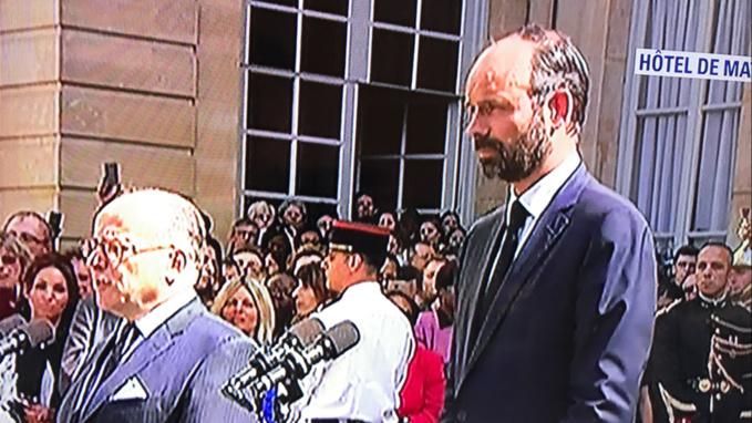L'ancien et nouveau Premier ministre cet après-midi sur le perron de l'Hôtel Matignon lors de la passation de pouvoirs entre les deux Normands (Capture d'écran @BFMTV)