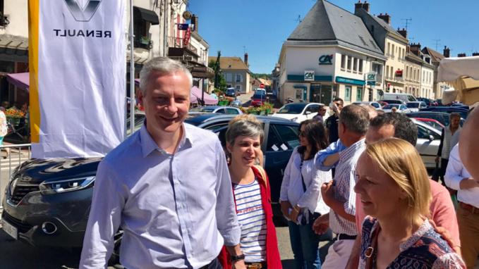 Accueil chaleureux pour Bruno Le Maire sur le marché de Pacy-sur-Eure (Photo © infoNormandie)