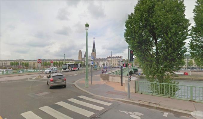 Selon les témoins, la personne assise sur une chaise tenue à bout de bras par trois individus aurait basculé dans la Seine à hauteur du pont Corneille (Illustration © Google Maps)