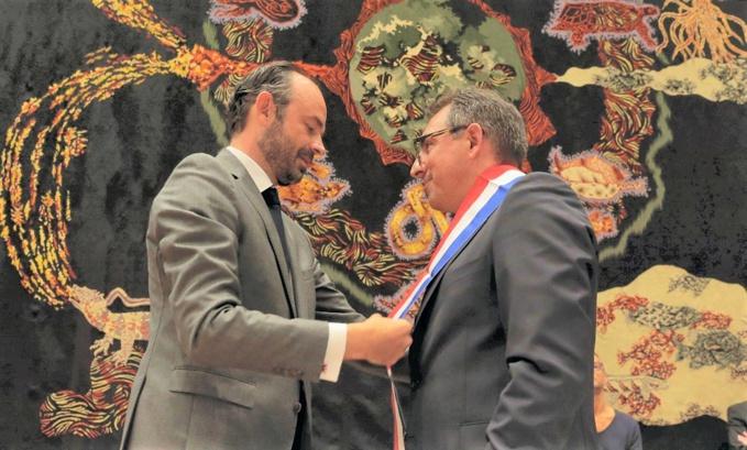 Edouard Philippe remettant l'écharpe de maire à Luc Lemonnier, ce matin à l'hôtel de ville (Photo © Erik Levilly / Ville du Havre).