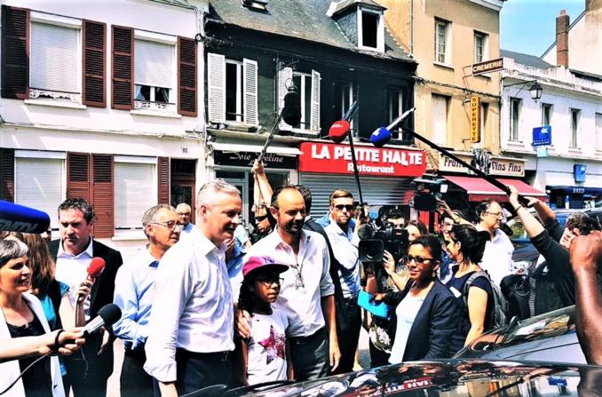 Edouard Philippe et Bruno Le Maire dans la rue Isambard, à Pacy-sur-Eure, ce dimanche après-midi (Photo extraite du compte Twitter de B.Le Maire)