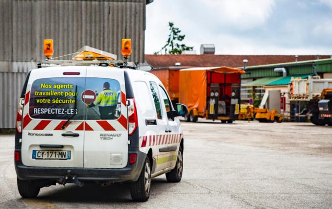 Une quarantaine de véhicules sont désormais munis de ce message qui appelle au respect des agents des routes (photo @ Département de l'Eure)