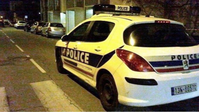 La patrouille de police a été intriguée par la paire de jambes qui dépassaient de la portière ouverte (illustration)