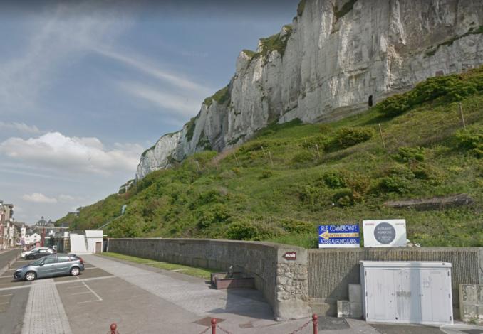 La victime a sauté dans le vide du haut de cette falaise (Illustration © Google Maps)