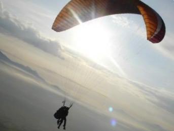 Octeville-sur-Mer : un pilote de parapente chute d'une quarantaine de mètres, il est blessé sérieusement