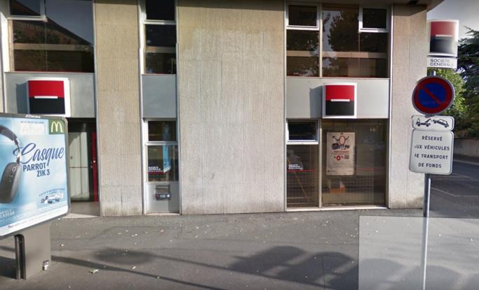 L'homme cagoulé rôdait près du distributeur de billets (Illustration © Google Maps)