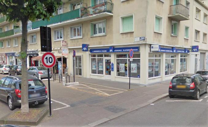 La vitrine du cabinet d'assurance du nouveau maire du Havre vole en éclats