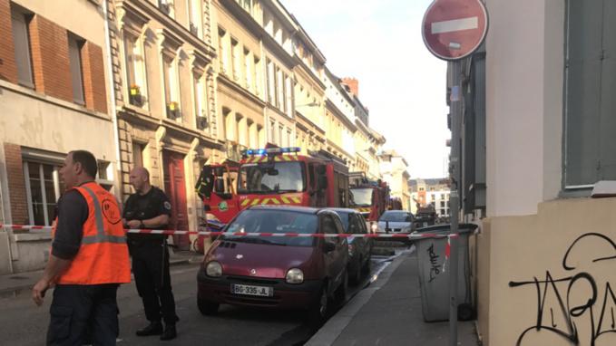 La rue a été fermée afin de permettre aux sapeurs-pompiers d'intervenir dans de bonnes conditions (Photo @ M.L./infonormandie)