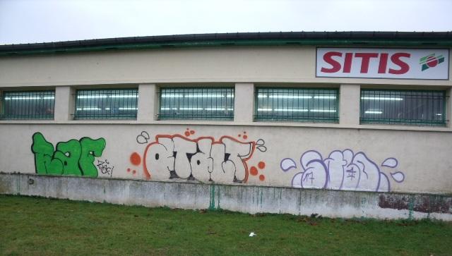 Une trantaine de murs d'habitations, de commerces et de bâtiments publics ont serrvi de support artistiques aux deux tagueurs (Photo ©D.R.)