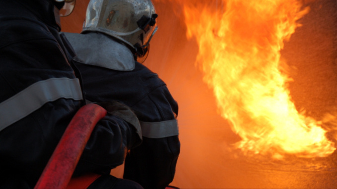 Les pompiers ont mis en batterie trois lances incendie (illustration)