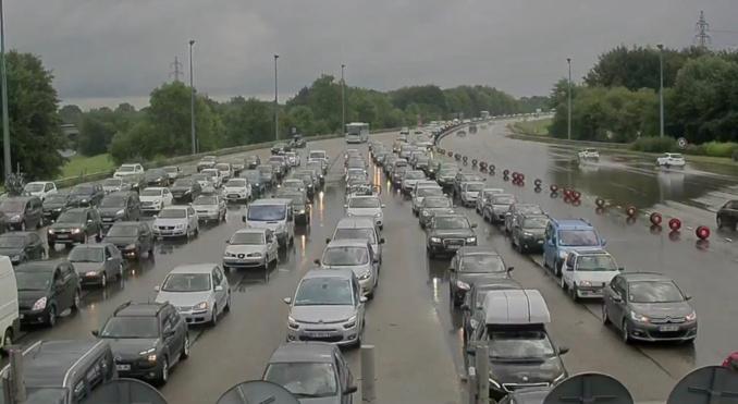 Le trafic est chargé sur l'A13 en direction de Caen, ici au péage de Beuzeville (photo @Sanef)