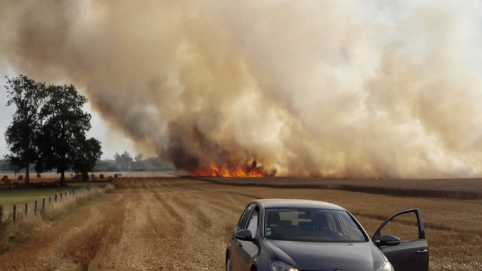Le feu s'est déclaré dans un champ de chaume et de blé et s'est propagé sur 50 hectares environ (photos d'une lectrice @Amélie Dugroin)