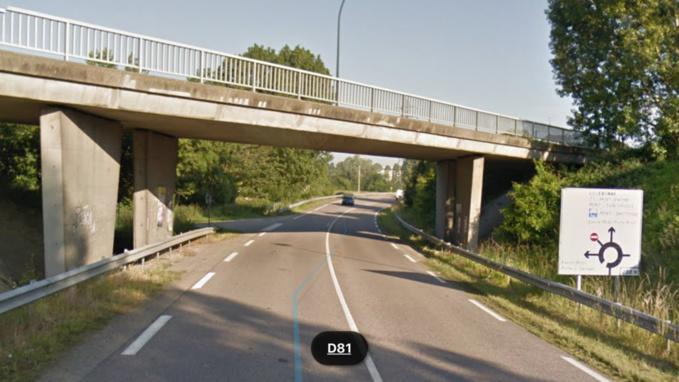 La grue a heurté le haut du pont de la route départementale 281 qui enjambe la D81 (illustration @Google Maps)