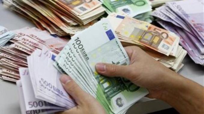 """Quelque 25 000€ en billets de banque ont été découverts dans les deux camping-cars de ces """"vacanciers"""" irlandais (Illustration)"""