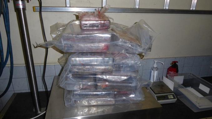 """""""La prise est estimée à 2,4 millions d'euros sur le marché illicite de la revente des stupéfiants"""", précise-t-on à la Douane (Photo @Douane française)"""