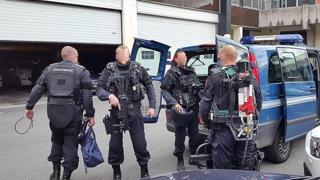 Une soixantaine de gendarmes de la compagnie des Andelys et des pelotons de sécurité et de protection sont intervenus simultanément mardi matin dans l'Eure et dans la Marne (Illustration ©Gendarmerie/Facebook)